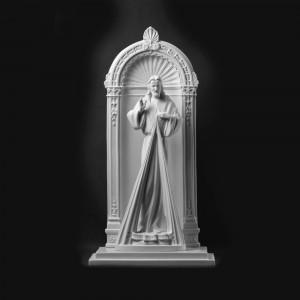 Rzeźba nagrobna Chrystus Miłosierny na tle portalu